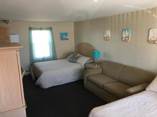 Room 10, queen bed, double bed & pull-out couch, ocean view