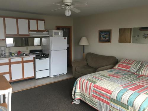 Kitchen 27, studio unit; queen bed, twin pull-out